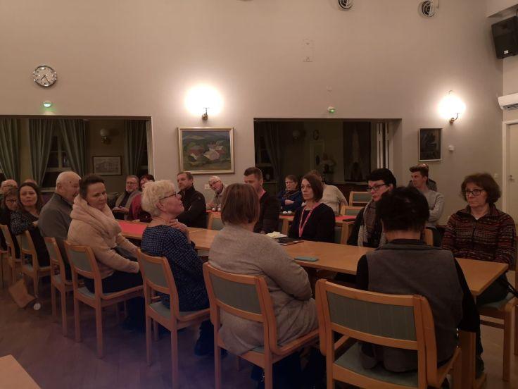 Ensimmäisen pitäjänkokouksen osallistujia Turvantalolla.