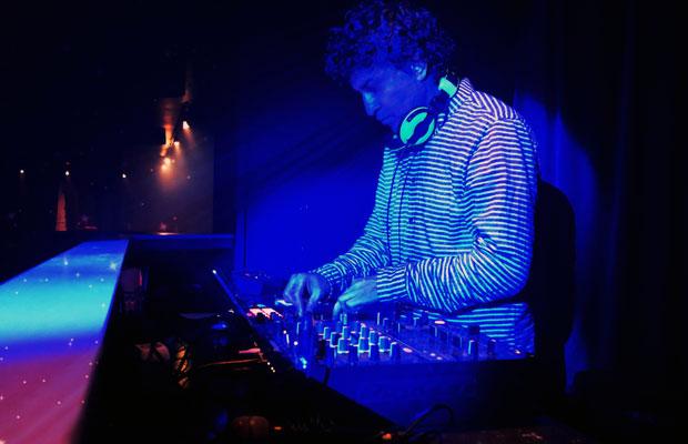 DJ Jojo työnsä ääressä.